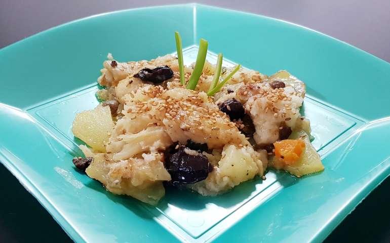 Baccalà in padella con patate, sesamo e olive nere