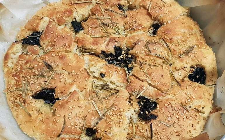 Pizza bianca con rosmarino, olive nere e sesamo di Ispica